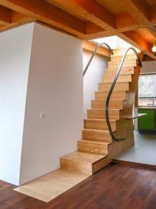 Eine geradläufige Raumspartreppe macht sich auch als Faltwerktreppe sehr gut, wie diese Treppe mit ihren beiden eleganten Stahlhandläufen zeigt