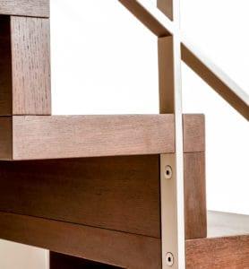 Die Pfosten des Geländers können in die Setzstufe der Faltwerktreppe eingelassen werden, so dass Geländer und Treppe auch optisch zu einer Einheit verschmelzen
