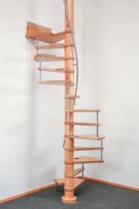 Diese Raumsparspindeltreppe wird mit ihrer grazilen Wendelung zu einem Blickfang in jedem Raum. An ihrer Außenseite werden die Stufen von Bolzen gestützt. Diese Treppe ist als Sambatreppe mit unterschiedlich geformten Stufen gefertigt. Der Edelstahl-Handlauf windet sich elegant um die Spindel und gibt guten Halt beim Benutzen der Treppe.