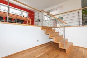 """Diese Treppenbauart heißt Faltwerktreppe, weil ihre Tritt- und Setzstufen so zusammengesetzt sind, dass die Treppe von der Seite wie """"gefaltet"""" aussieht."""