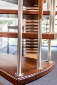 Dieses Edelstahl-Reling-Geländer wird zu einem Blickfang jeder Tragbolzentreppe.