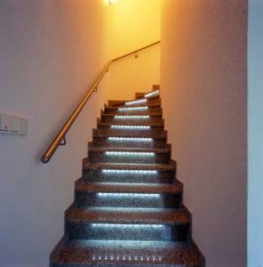 Fußtritt Beleuchtung bei einer Steintreppe
