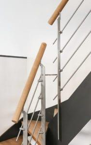 Als Geländer für eine Flachwangentreppe eignen sich besonders gut Edelstahl-Relinggeländer, Edelstahl-Seilgeländer oder Geländer mit Sicherheitsglas, die gut mit der modernen, zeitlosen Optik einer Flachwangentreppe harmonieren.