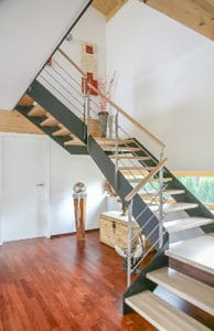 Auch als viertelgewendelte Treppe wird eine Flachwangentreppe zum Blickfang in jedem Wohnumfeld.