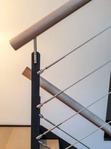 Diese halbgewendelte Flachwangentreppe erhält durch die Flachwangen genügend Stabilität, um auch an ihrer geschlossenen Seite freitragend an dem Fenster des Treppenhauses vorbeiführen zu können. (-> Treppenformen, gewendelte und gerade)