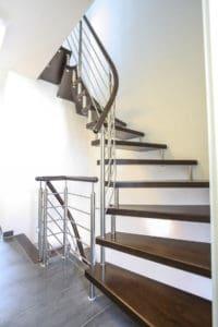 """Es gibt aber auch sogenannte """"Zweibolzentreppen, bei denen die einzelnen Stufen an jedem Ende miteinander verbunden sind. Auch diese Treppenvariante benötigt eine Verankerung durch Wandbolzen."""